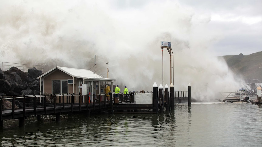 BOM称新南威尔士州沿海迅速加深的风暴带来悉尼37年来最冷的一天