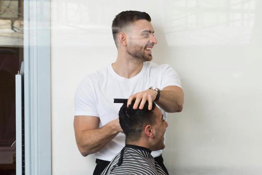 美发师们警告说,专门为接种疫苗的客户重新开放将使他们处于尴尬的地位