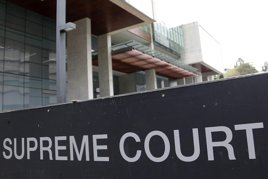 法官告诉法庭,被指控的谋杀犯凯丽-卡特林在与朋友和家人打交道时很
