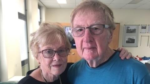 玛格丽特-沃茨因COVID-19探视禁令而将丈夫带出老年护理机构