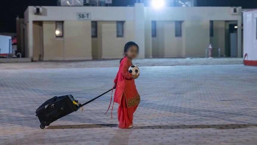 从喀布尔机场救出的儿童被