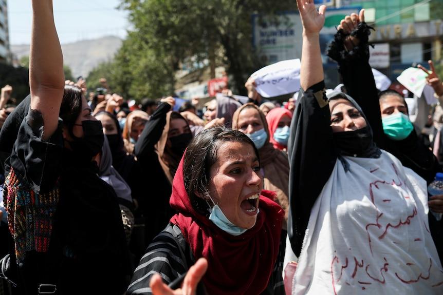 塔利班的枪声驱散了对阿富汗新政府构成问题的妇女权利抗议活动
