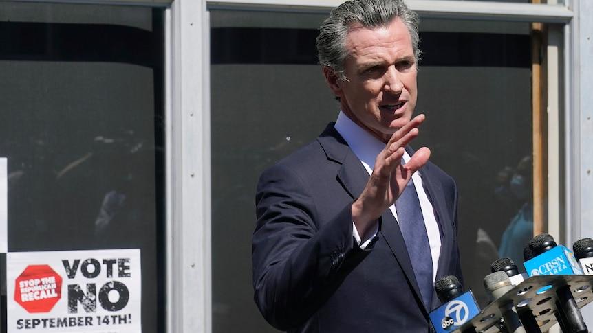 加州州长加文-纽森在罢免中幸存下来