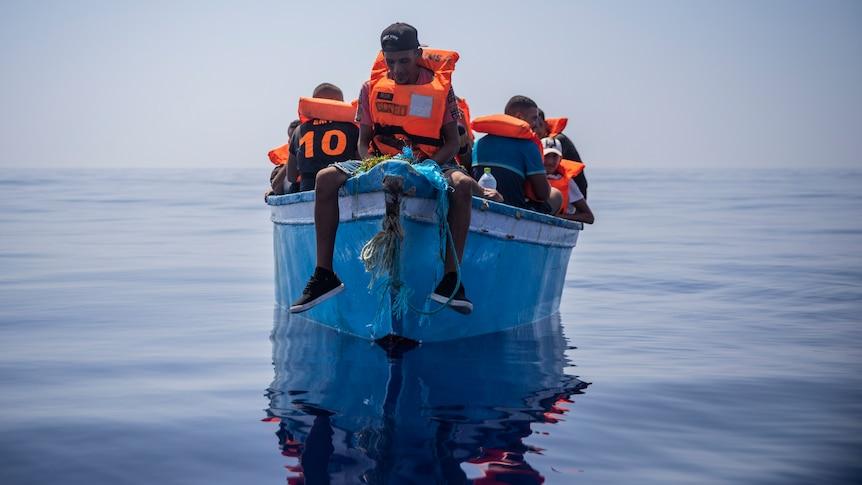 巴塞罗那的救生员不顾欧洲的反对,在公海上救援移民