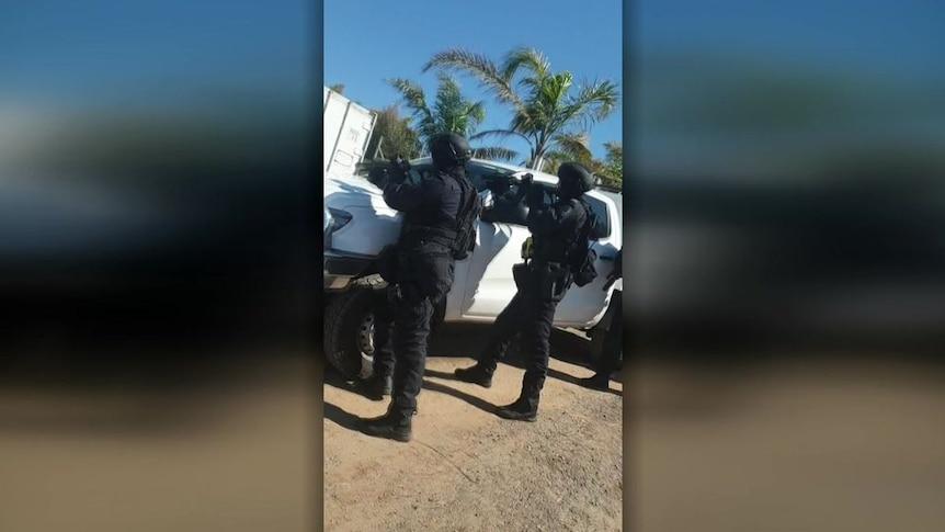 警方因公共安全问题突击检查替代社区会议后,男子被拘留