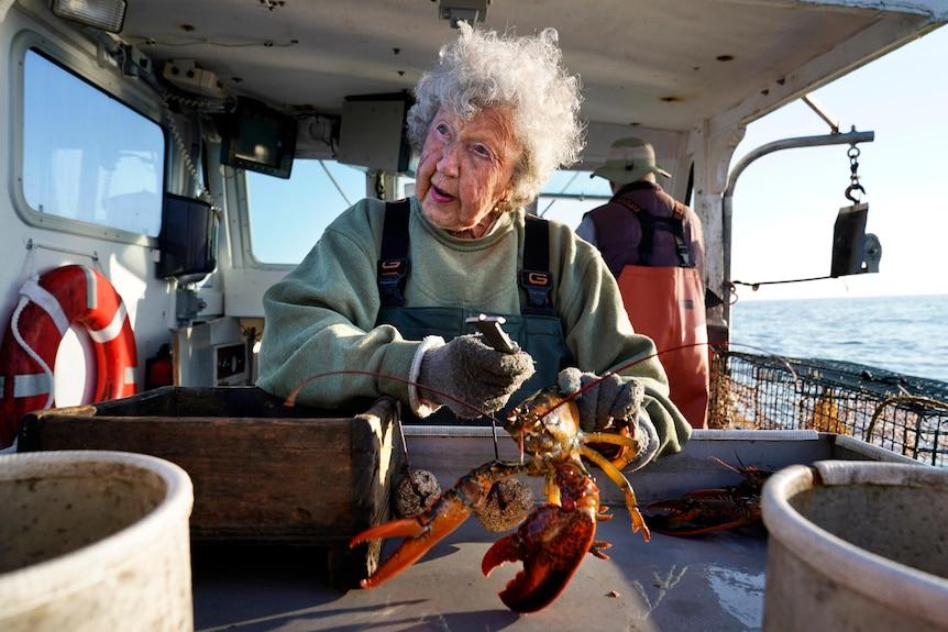 101岁的美国妇女弗吉尼亚-奥利弗仍在从事捕捉龙虾的工作,并且不打算停止