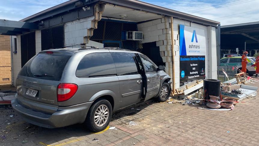 撞向马里昂路企业的汽车内的坦杜里烤炉起火