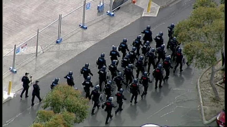 警方驱散反封锁抗议者,墨尔本各地逮捕了200多人