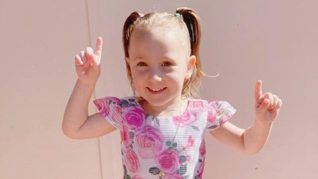 警方认为4岁的克莱奥-史密斯是在西澳偏远的露营地被绑架的,悬赏100万美元